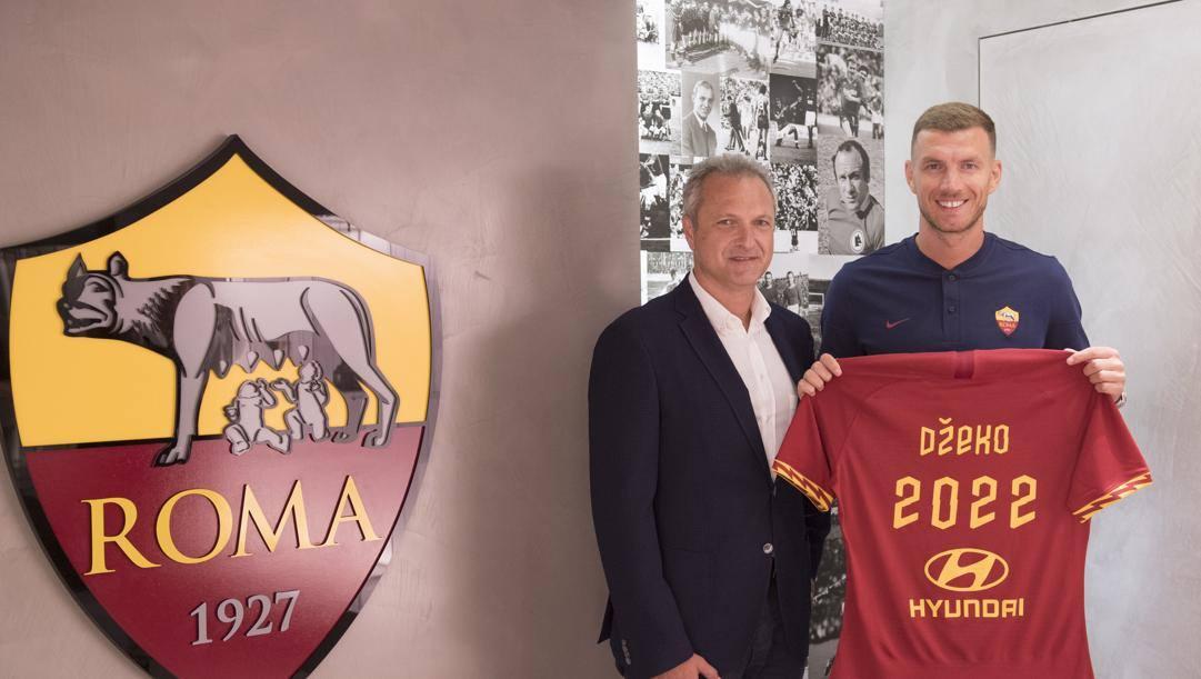 Guido Fienga con Edin Dzeko nel giorno della firma del contratto. Lapresse