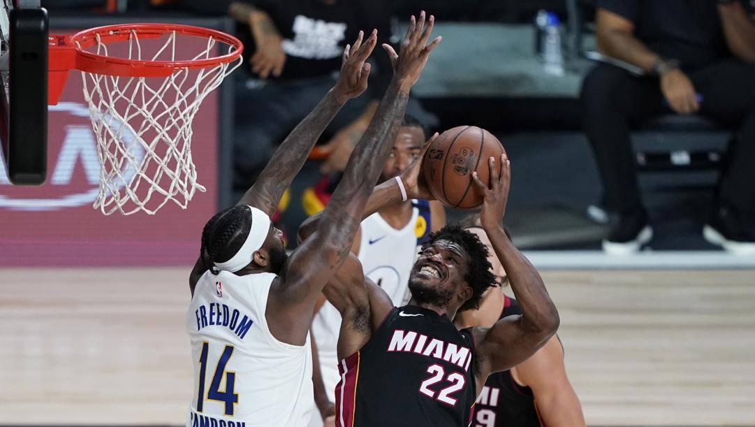 Jimmy Butler, leader degli Heat, supera la difesa Pacers. Ap