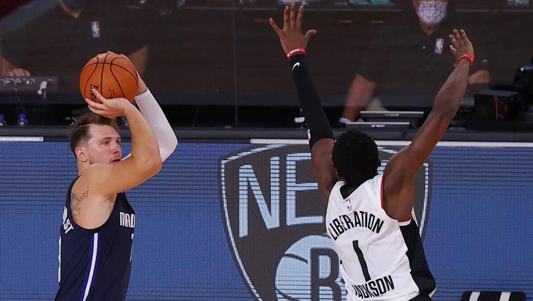 Luka Doncic si prende la tripla che ha deciso sulla sirena del supplementare gara-4 tra Mavs e Clippers. Serie ora sul 2-2