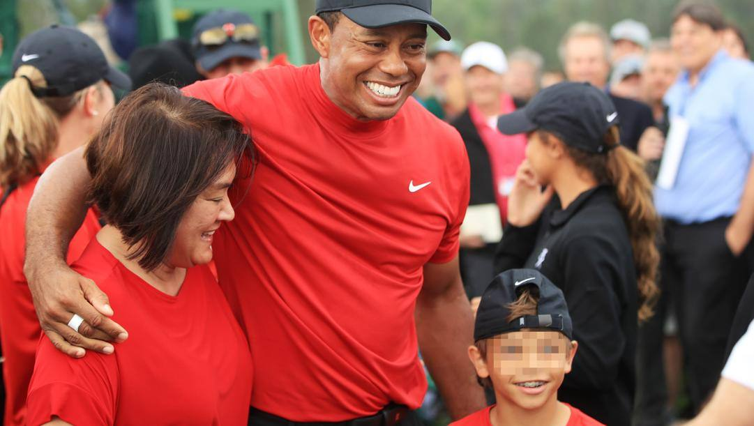 Tiger Woods, al centro, e a destra il figlio Charlie.