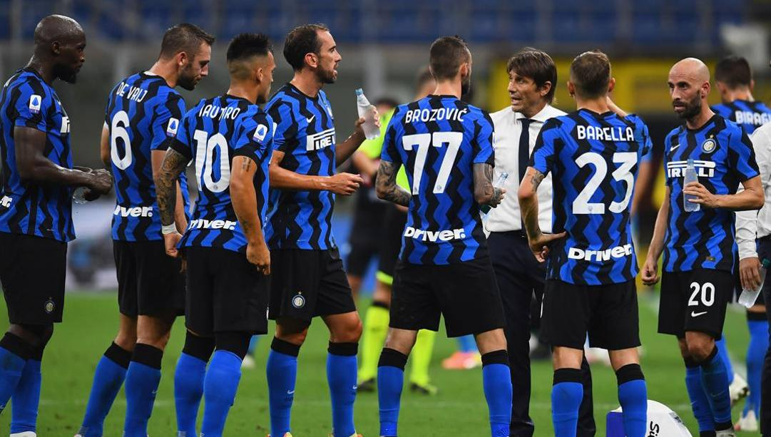 "Un ""huddle"" di Antonio Conte circondato dai giocatori dell'Inter. Getty"