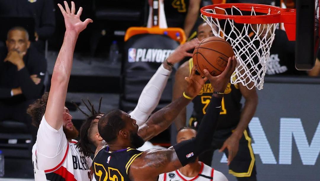 Lebron James, 35 anni, vola a canestro nella vittoria dei Lakers. Afp