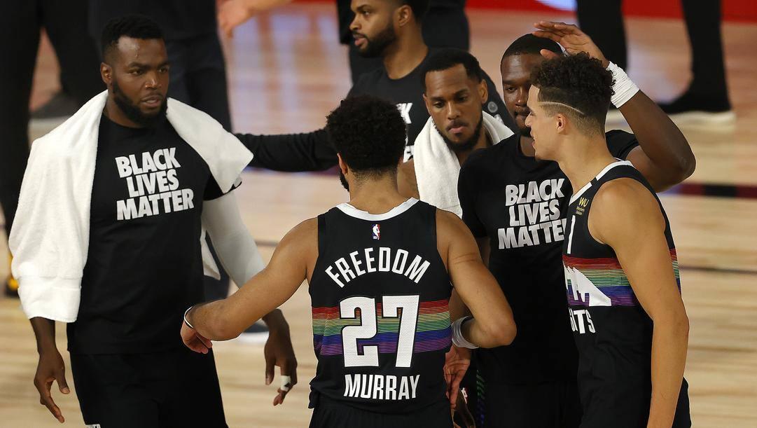 Jamal Murray festeggiato dalla panchina di Denver. Ap