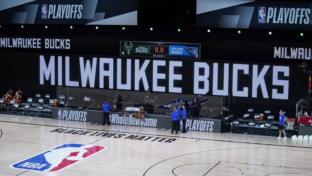 Le insegne dei Bucks nell'arena di Disney World, rimasta vuota: Milwaukee, tecnicamente, era la squadra di casa in gara-5 contro Orlando. LaPresse