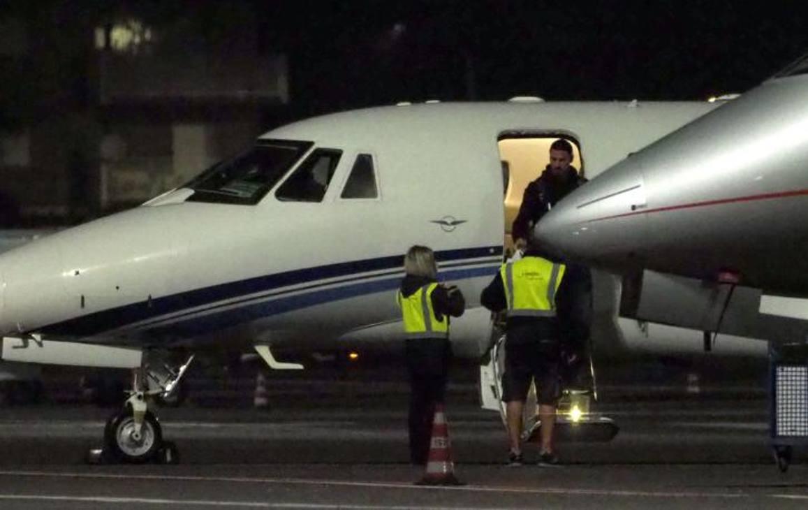 1 Zlatan Ibrahimovic scende dall'aereo privato che lo ha portato a Milano dalla Svezia. Bozzani