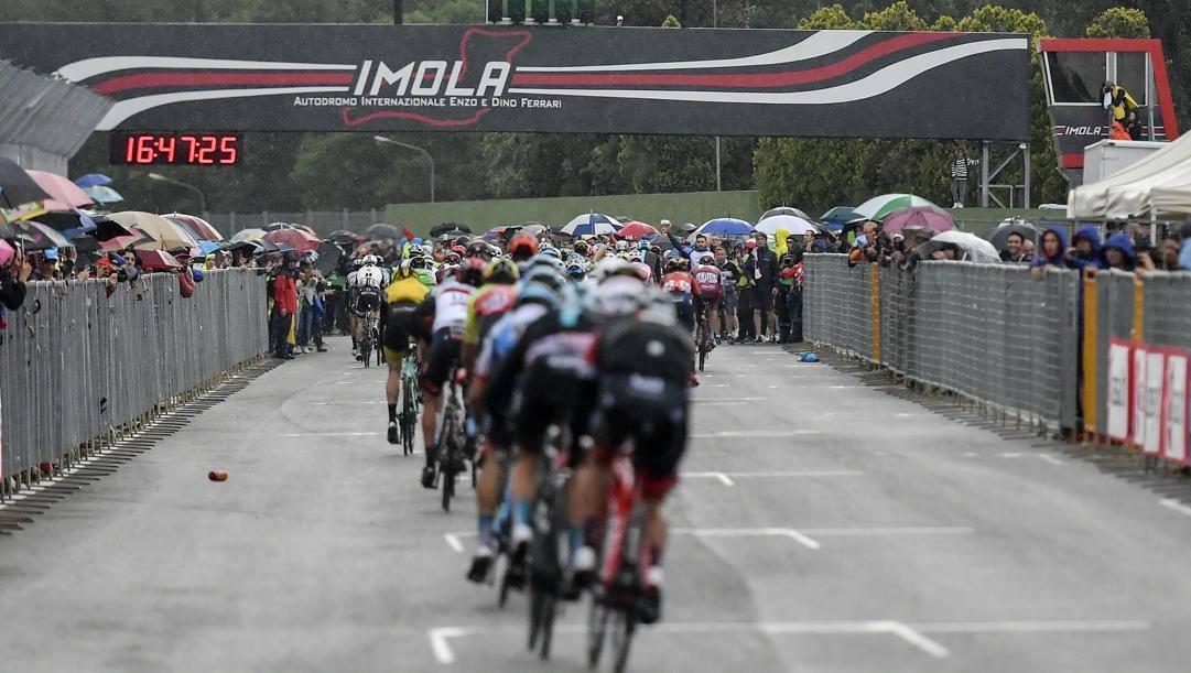 L'arrivo di una tappa del Giro a Imola nel 2018. Lapresse