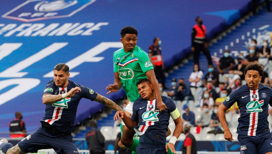 Fofana sovrasta nello stacco aereo Icardi e Thiago Silva nell'ultima sfida tra Saint Etienne e Psg. Afp