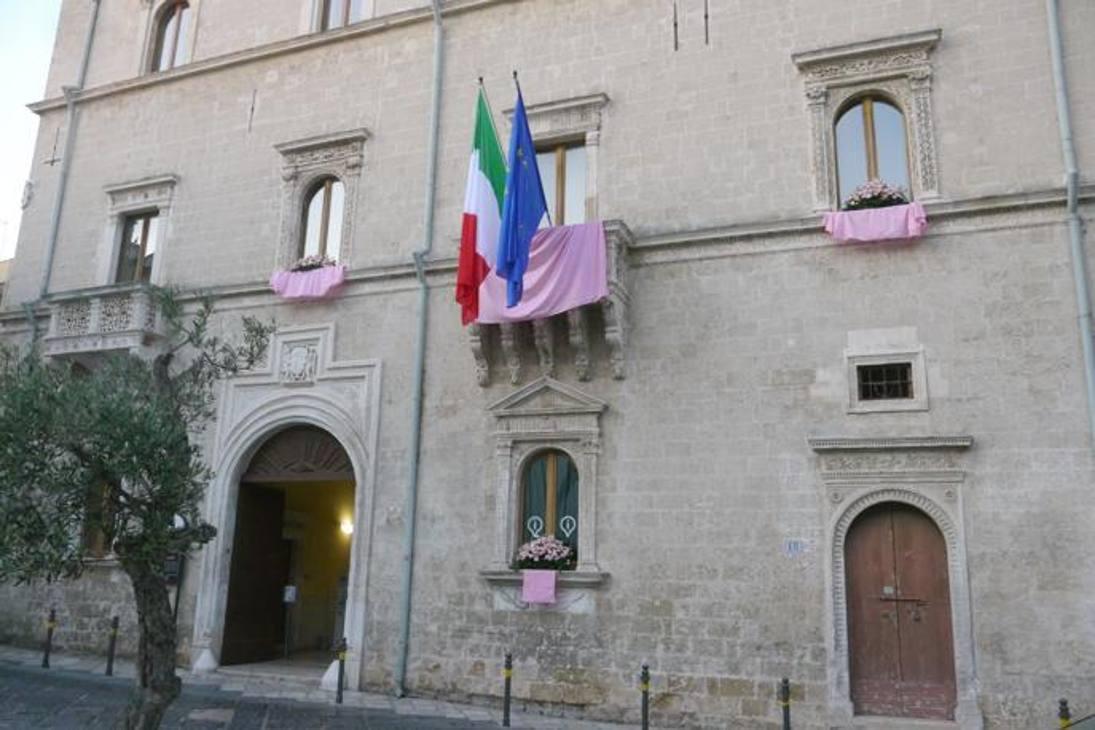 Manca un mese all'inizio del Giro. E le città di tappa si vestono di rosa. Questa è Brindisi