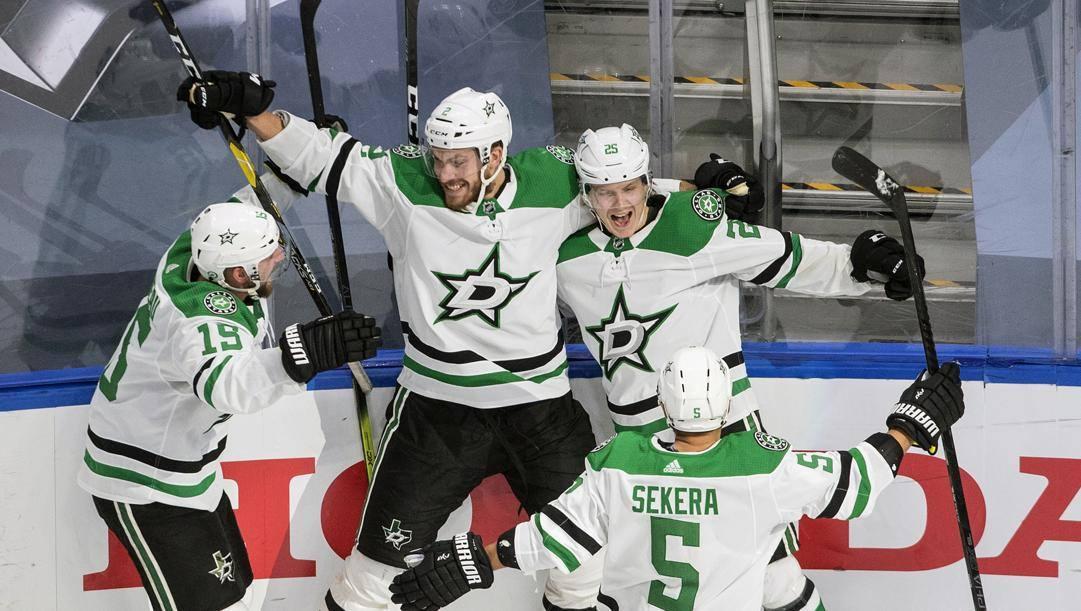 Gli Stars festeggiano il passaggio del turno dopo il successo in gara-7 su Colorado. Ap