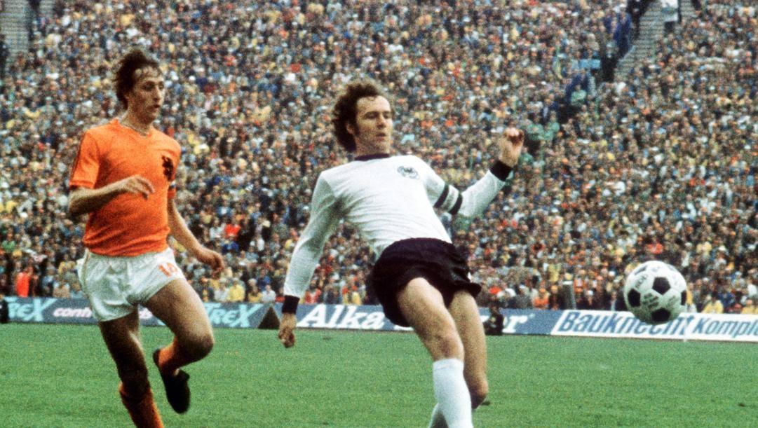 Johan Cruijf e Franz Beckenbauer nella finale mondiale del '74. Epa