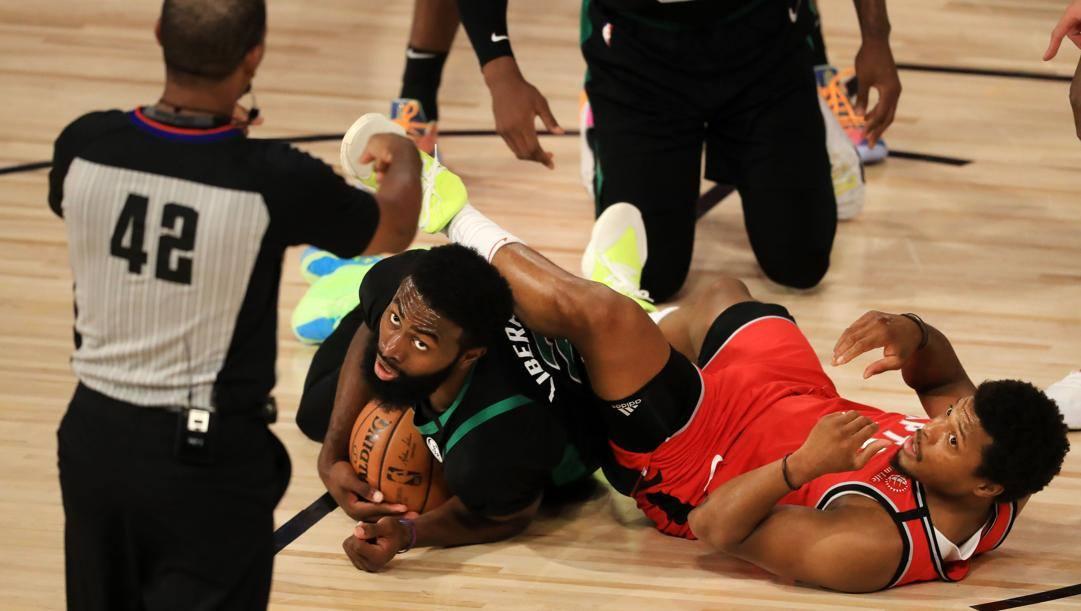 Jaylen Brown in un corpo a corpo con Kyle Lowry. Afp