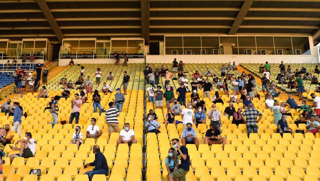 I tifosi, distanziati, per la prima volta al Tardini. LaPresse