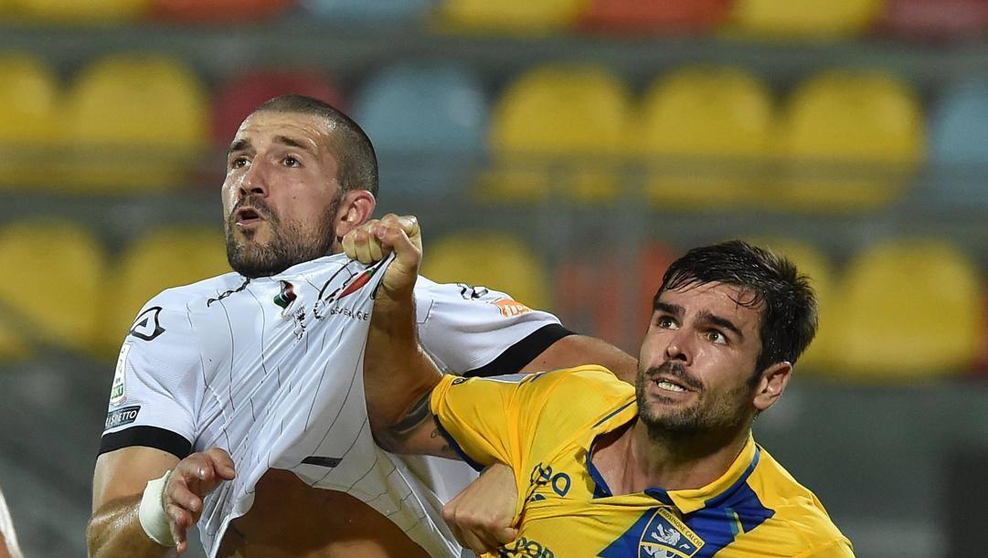 Andrej Galabinov strattonato da Brighenti del Frosinone negli ultimi playoff promozione. Getty