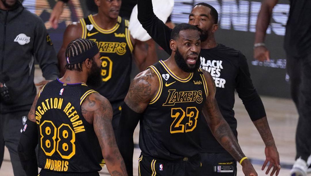 I Lakers con la maglia dedicata a Kobe