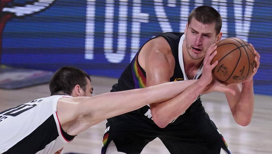 È difficile togliere la palla dalle mani di Nikola Jokic... LaPresse