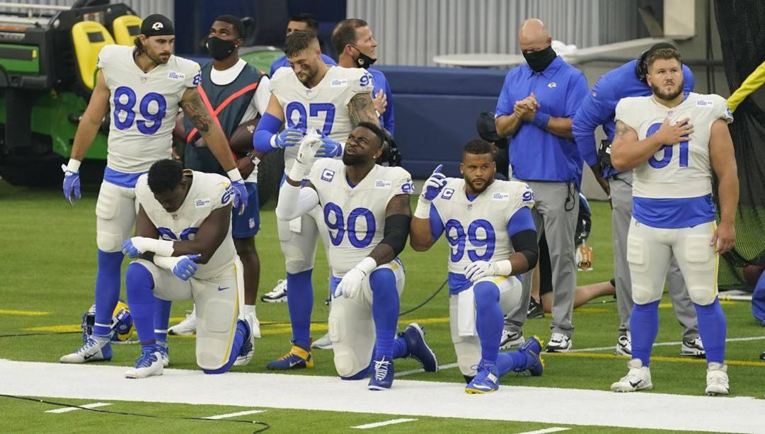 I giocatori dei Los Angeles Rams durante l'inno. Ap