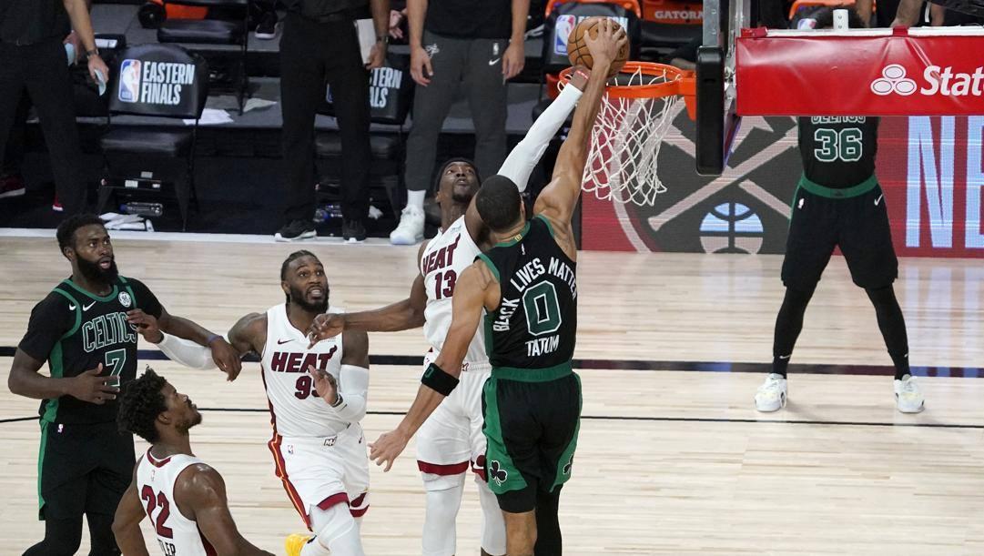 La clamorosa stoppata di Bam Adebayo su Jayson Tatum che ha deciso Miami-Boston. Ap