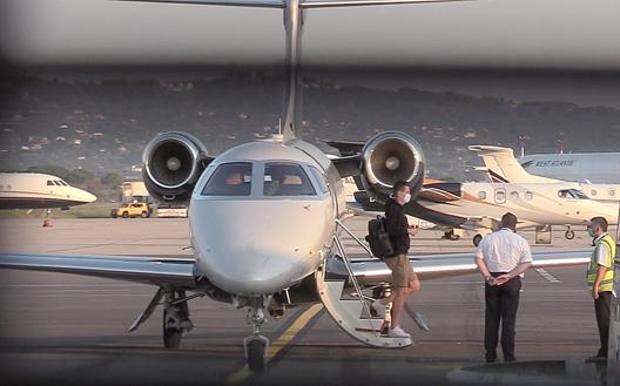 Arek Milik, 26 anni, scende dall'aereo al rientro dalla Svizzera per le visite alle ginocchia (foto di Gino Mancini)