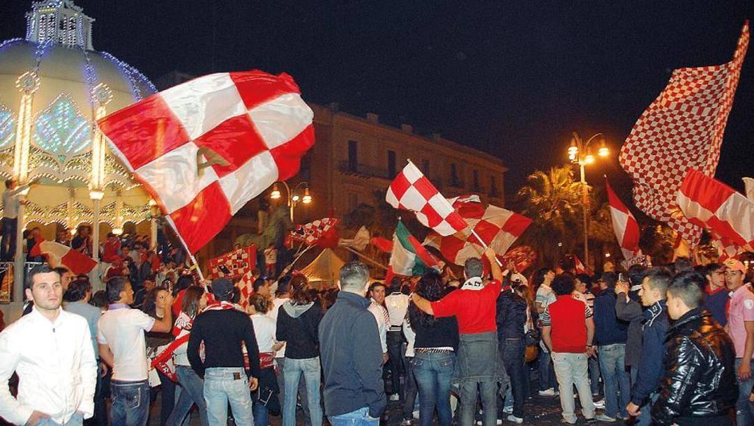 Stagione 2008-09, il Bari conquista l'ultima promozione in Serie A: ecco i tifosi scesi in piazza quella sera a festeggiare il traguardo ansa