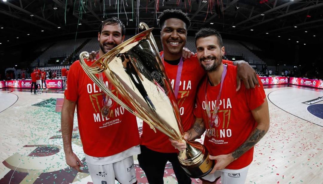 Moraschini, Leday e Cinciarini con la Supercoppa. Ciam/Cast