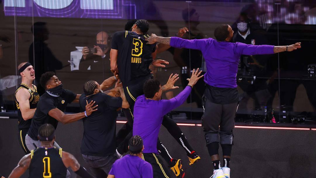 I Lakers festeggiano Davis dopo la tripla vincente AFP
