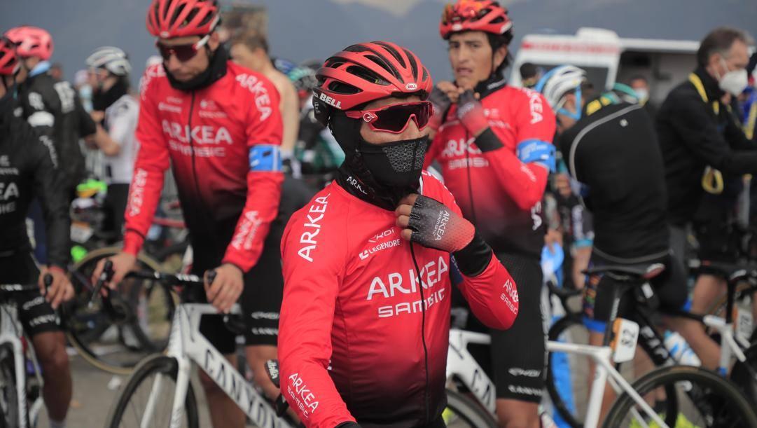 Nairo Quintana e i suoi compagni di squadra vestiti per tornare in hotel dopo l'arrivo della 17a tappa del Tour, Grenoble-Meribel Col de la Loze. La sera stessa le perquisizioni (Ap)
