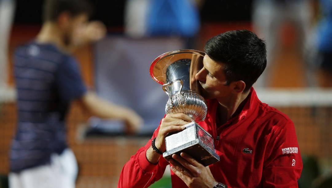 Novak Djokovic con il trofeo vinto a Roma. Getty