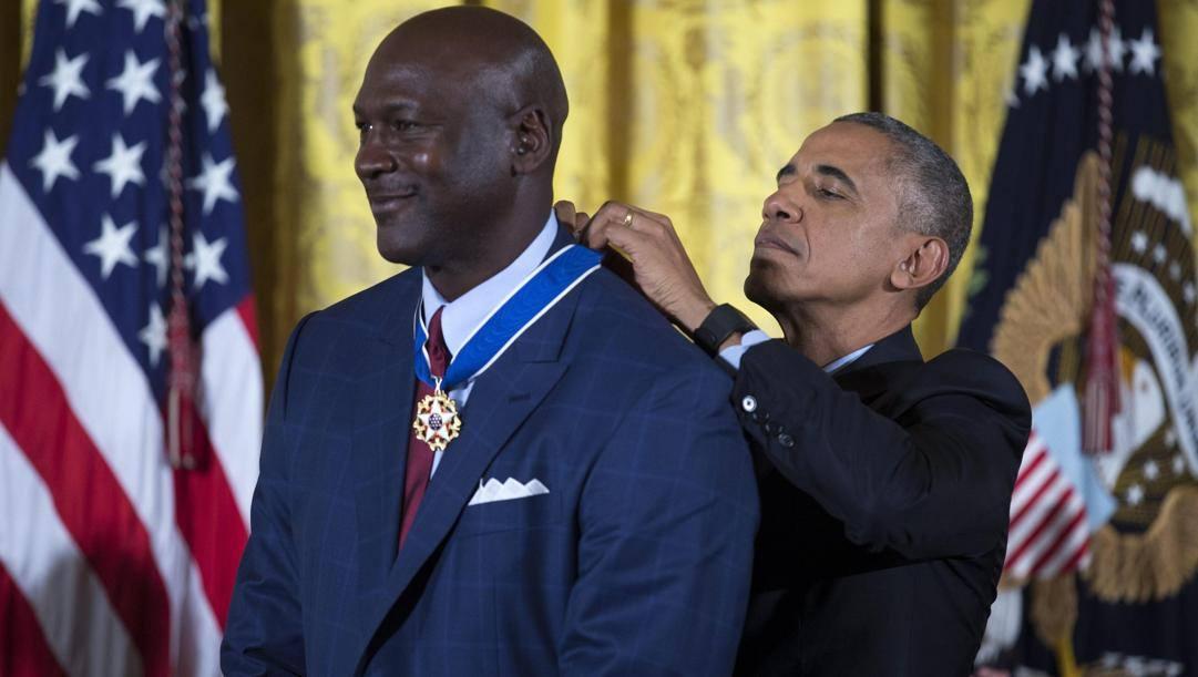 L'allora presidente Usa, Obama, consegna la medaglia della libertà a Michael Jordan. Epa