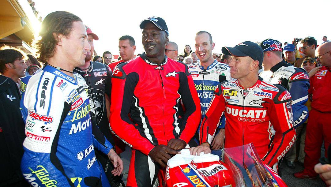 Michael Jordan su una Ducati assieme a Gibernau, Edwards e Mamola
