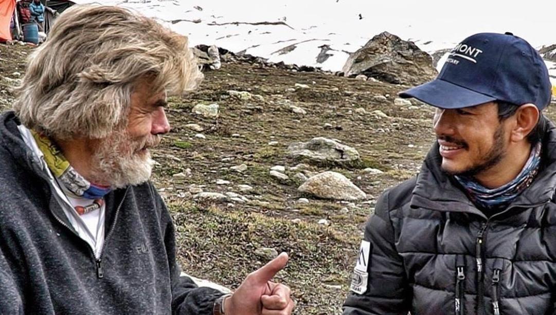Reinhold Messner, 76 anni, a sinistra, con Nirmal Purja, 37: l'altoatesino è stato il primo a salire in vetta a tutti i 14 Ottomila della Terra; il nepalese colui che li ha scalati in soli 6 mesi e 6 giorni.
