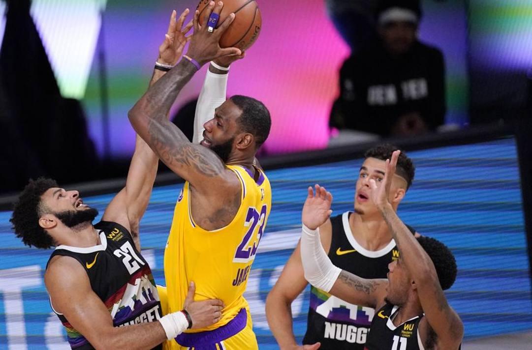 Jamal Murray e LeBron James. Ap