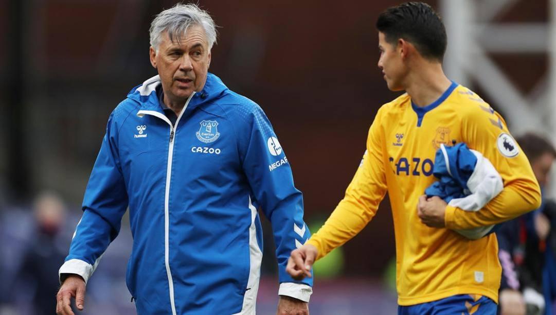 Carlo Ancelotti, 61 anni, con James Rodriguez, 29, dopo la vittoria di ieri sul Crystal Palace. Epa
