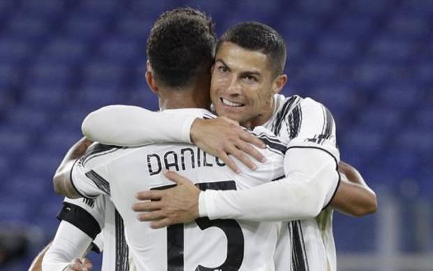 Ronaldo abbraccia Danilo dopo il 2-2. Ap