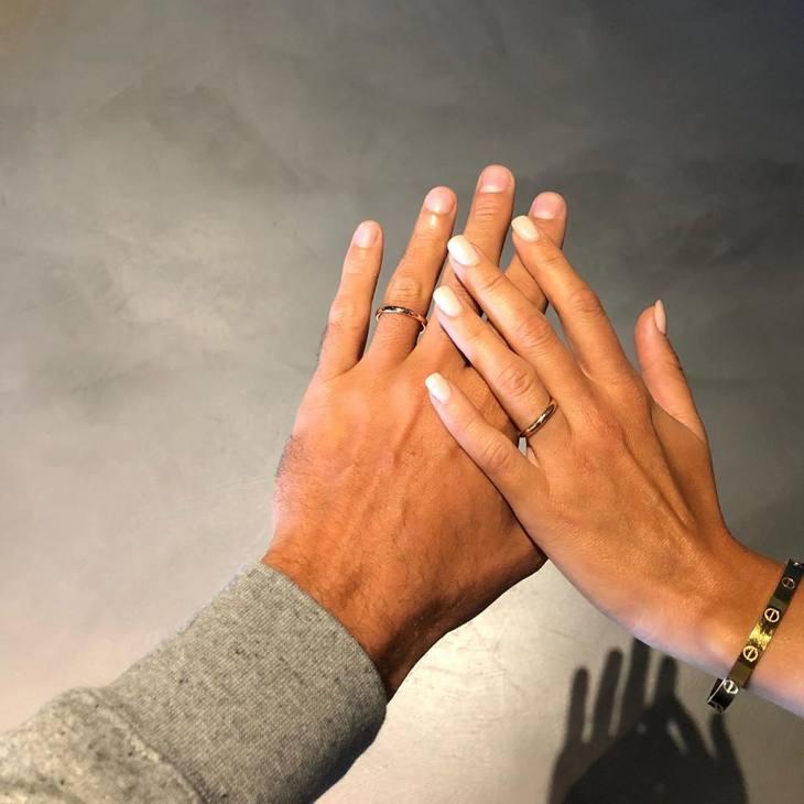 Marco Belinelli sabato ha sposato la sua storica fidanzata, Martina Serapini, al Municipio di San Giovanni in Persiceto (Bologna). E' stata una cerimonia intima, coperta da riserbo fino all'ultimo per evitare assembrament di concittadini, curiosi e tifosi. Marco ha annunciato il matrimonio sui social con questa foto degli anelli