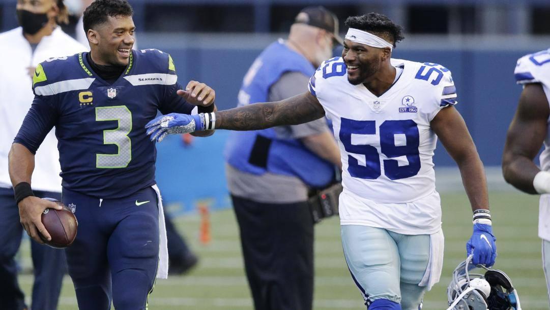 Russell Wilson (3) quarterback dei Seattle Seahawks saluta Justin March (59) linebacker dei Dallas Cowboys (Ap)