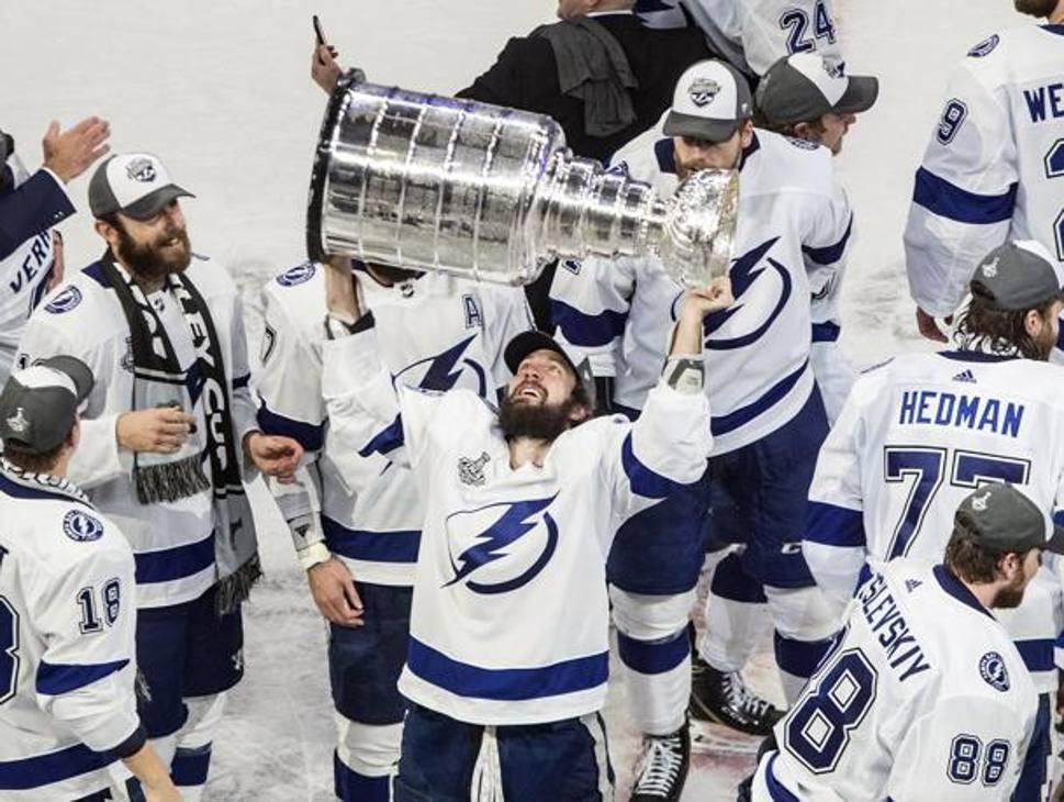 Hedman, Mvp dei playoff, alza la Stanley Cup. Ap
