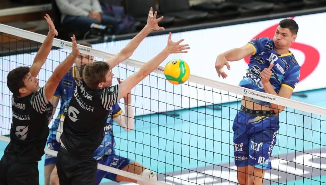 Una fase di Trento-Polonia London con un attacco di Podrascanin. Trabalza/Trentino Volley