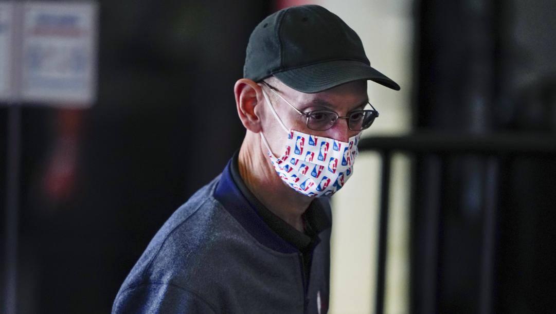 Adam Silver, con mascherina di ordinanza, nel campus di Disney World. Ap