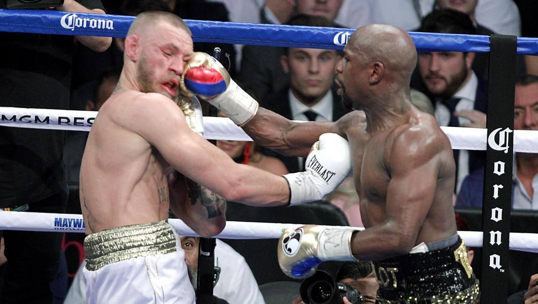 Floyd Mayweather (a destra) colpisce Conor McGregor. Afp