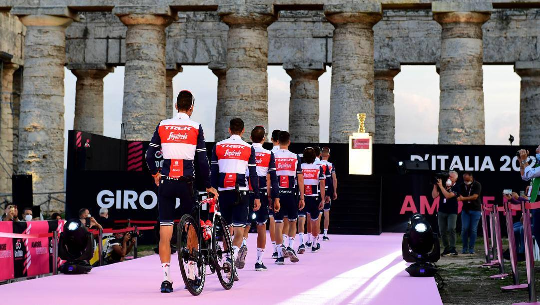 La squadra di Vincenzo Nibali, la Trek-Segafredo, in fila alla presentazione del Giro d'Italia, nello scenario del tempio di Segesta. LaPresse