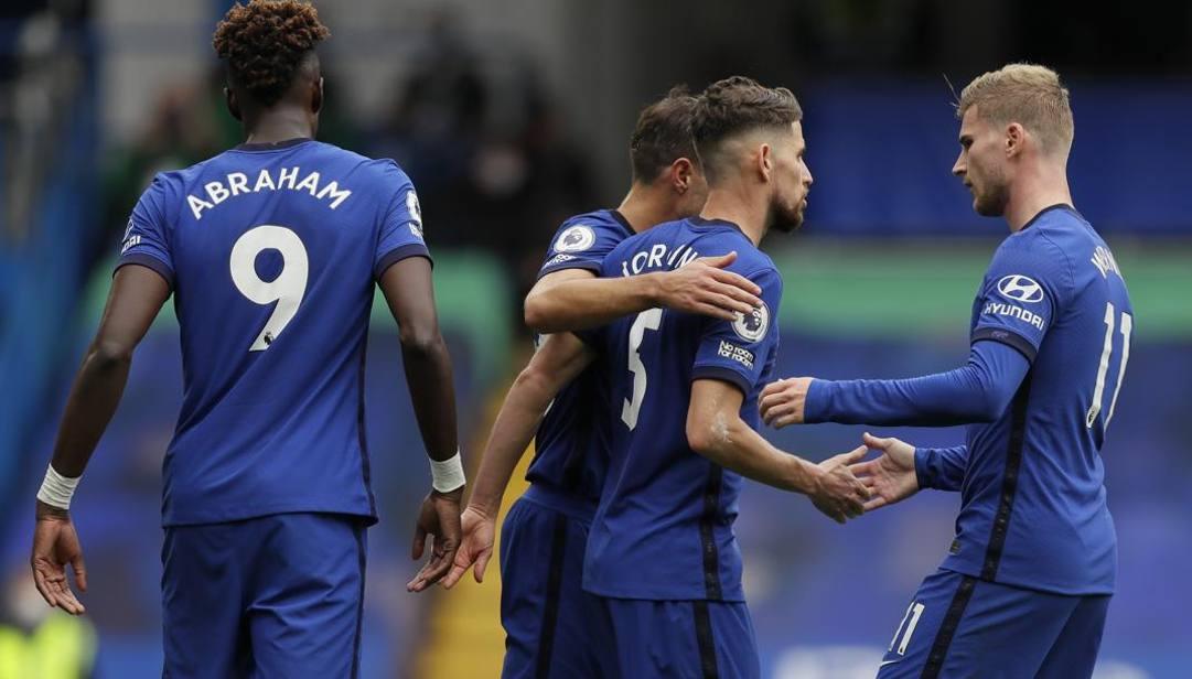 I calciatori del Chelsea festeggiano Jorginho, autore di una doppietta su rigore. AP
