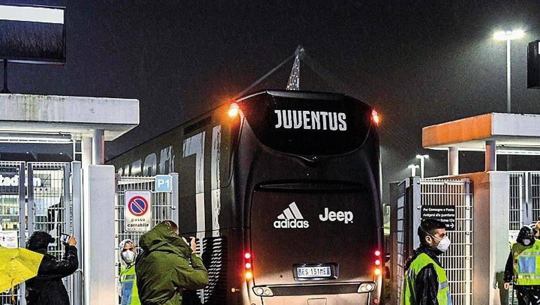 Il pullman della Juventus all'ingresso dell'Allianz Stadium.