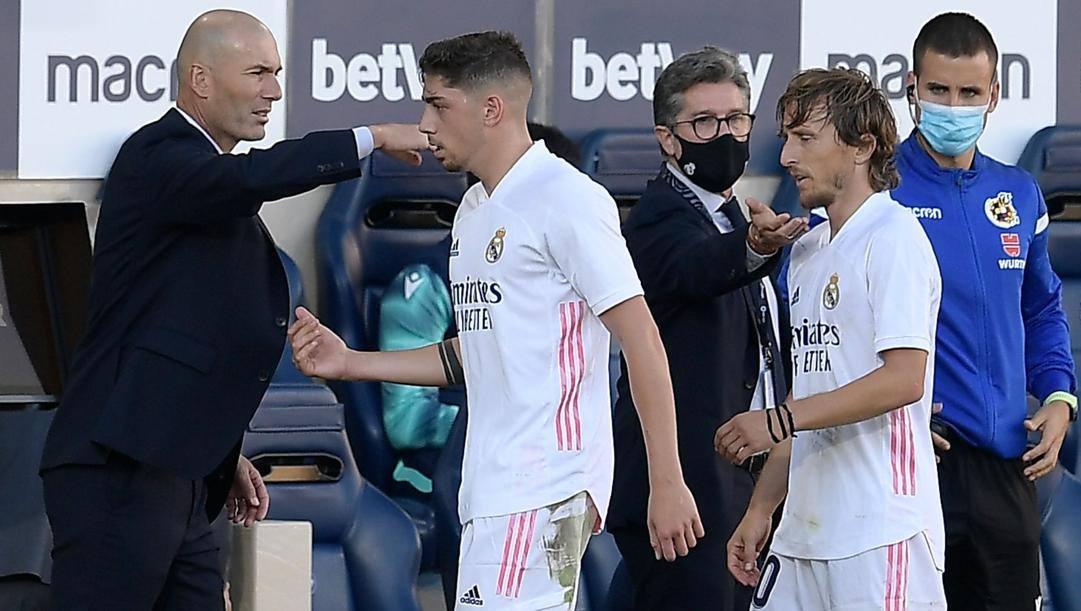 Zinedine Zidane si coccola Valverde e Modric. Afp