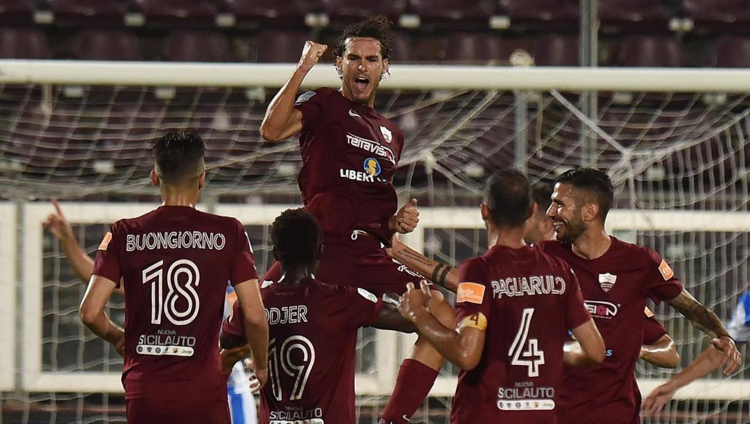 I giocatori del Trapani celebrano un gol