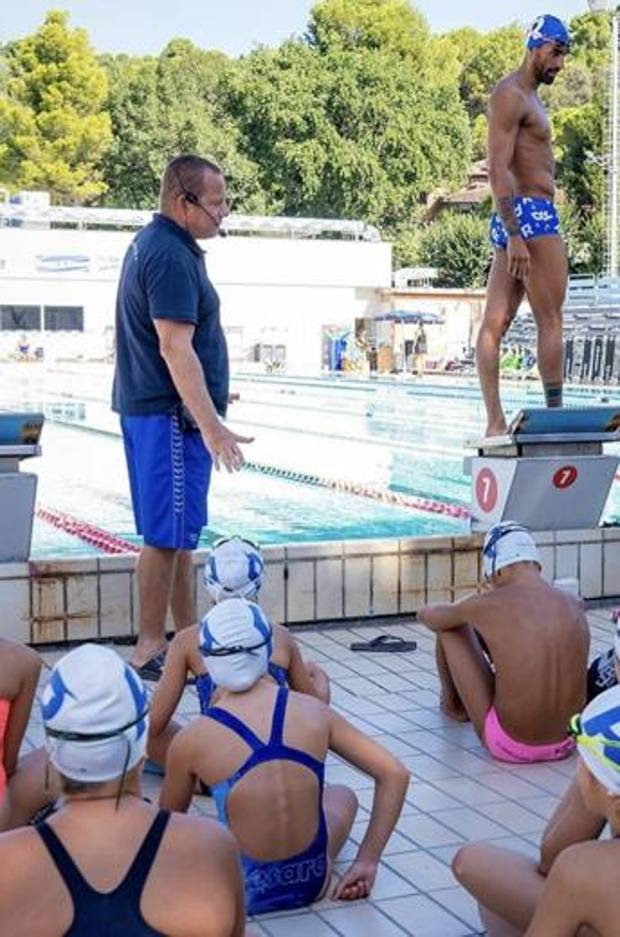 Filippo Magnini (a destra) col tecnico Claudio Rossetto e i giovani nuotatori