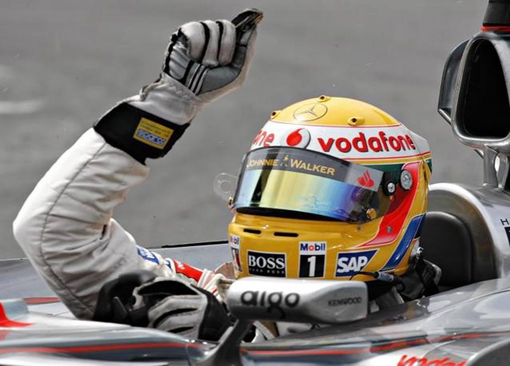 1 - Prima vittoria, Canada, 10 giugno 2007 – Pole e vittoria con la McLaren Mercedes, a coronamento di un weekend perfetto, il primo di tanti. La gioia sul podio è condivisa con Heidfeld (Bmw Sauber) e Wurz (Williams Toyota) - AP