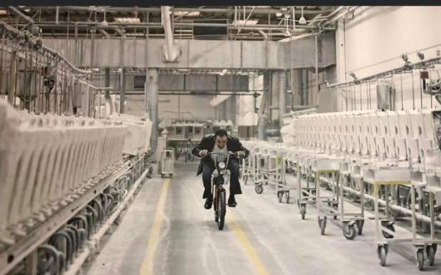 In posizione aerodinamica su un CIao nella fabbrica di Civita Castellana