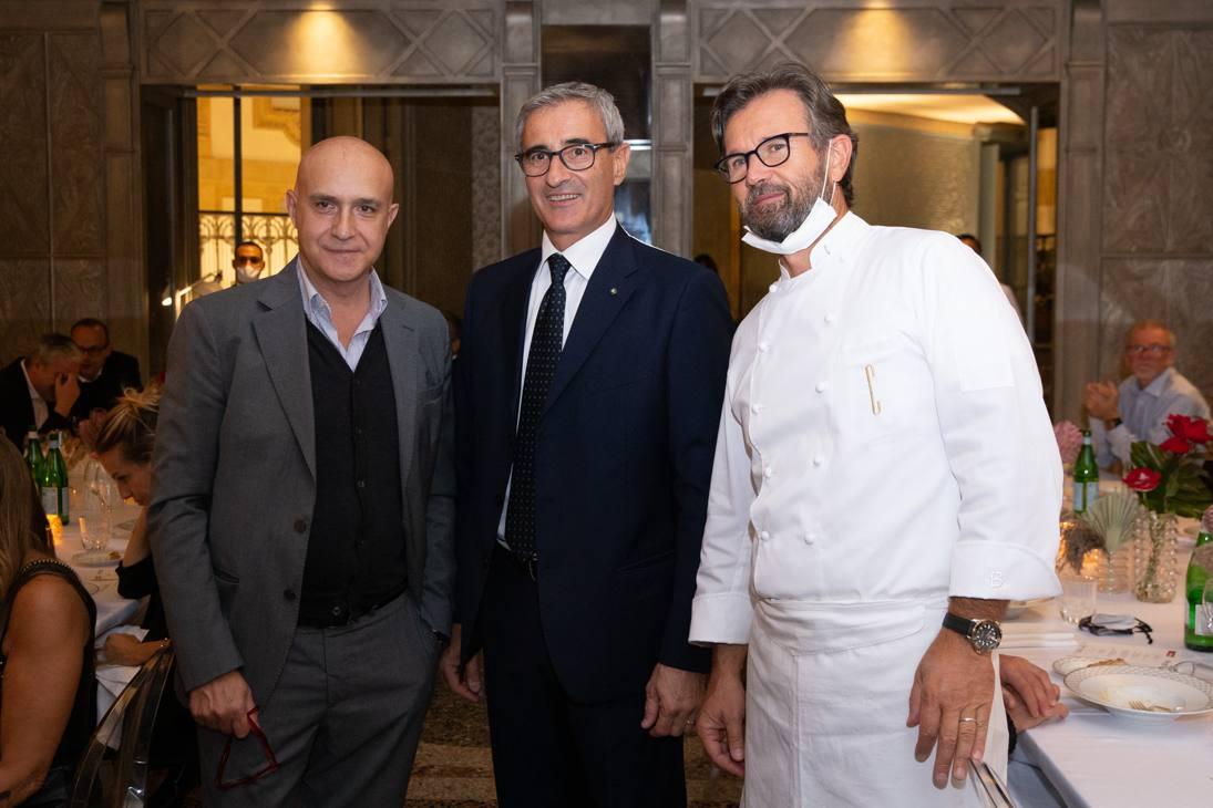 Il direttore della Gazzetta dello Sport, Stefano Barigelli, con Riccardo Felicetti (partner dell'evento) e lo chef Carlo Cracco