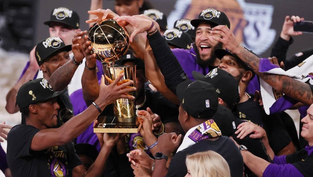 La festa dei Lakers col trofeo di campioni Nba. Epa