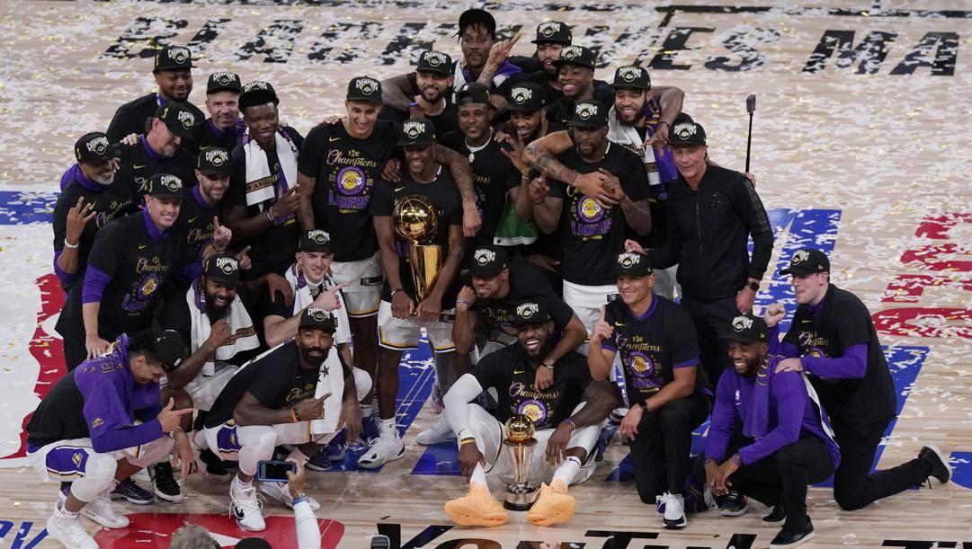 Foto di gruppo col trofeo per i Lakers neo campioni Nba. Ap